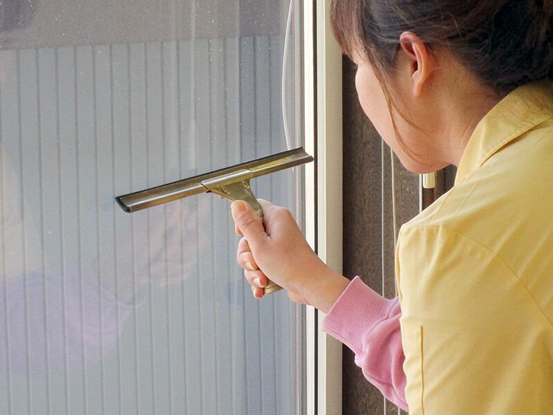 ビルメンテナンス 窓ふき清掃作業風景