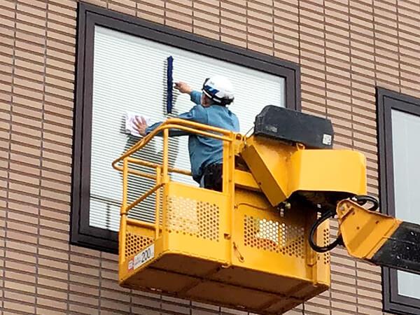 窓ガラスの清掃作業風景